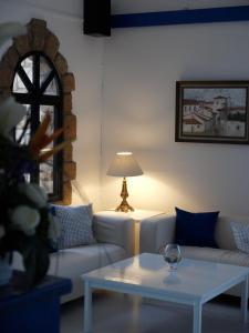 Een zitgedeelte bij Hilltop Gardens Hotel Apartments