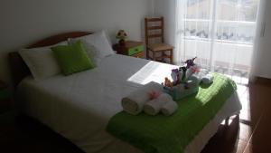 A bed or beds in a room at Poupa d'Alvor