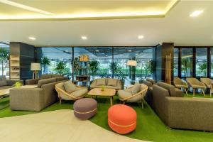 The lounge or bar area at Pause and Play Hotel