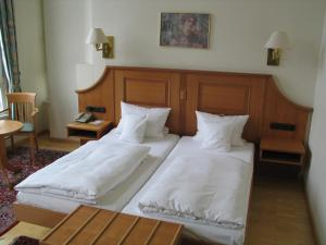 A bed or beds in a room at Hotel Roemischer Kaiser