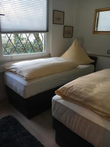 Ein Bett oder Betten in einem Zimmer der Unterkunft Messe Ferienwohnung Düsseldorf Oberkassel