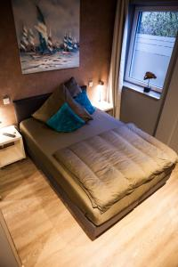 A bed or beds in a room at Hotel Nacht-Quartier