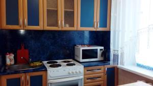 Кухня или мини-кухня в Апартаменты на Ленинградской 25
