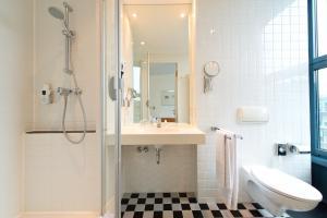 A bathroom at Hotel am Borsigturm