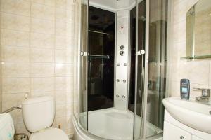 Ванная комната в Apartment on Lokomotivnaya 1