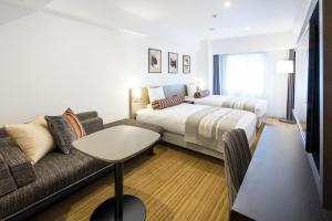 A bed or beds in a room at Hotel Mystays Premier Hamamatsucho