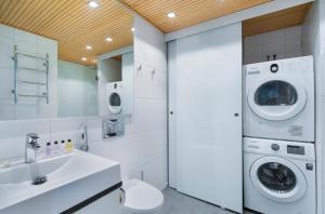 Kylpyhuone majoituspaikassa Apartment Hotel Aallonkoti