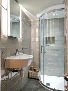 A bathroom at Glendevon House Hotel