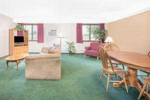 A seating area at Days Inn by Wyndham Sioux Falls Airport