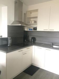 A kitchen or kitchenette at Studio Kristof 705