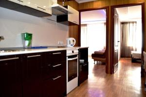 Кухня или мини-кухня в Apartments on Raisa Belyaeva 76