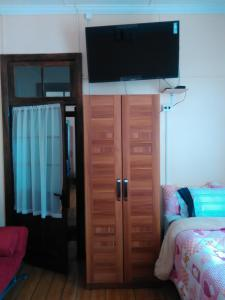 A television and/or entertainment center at Hostal Dundo Ivo Spa