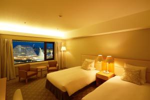 A bed or beds in a room at Hotel Okura Kobe