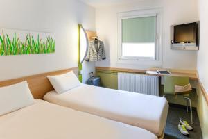 Ein Bett oder Betten in einem Zimmer der Unterkunft ibis budget Hannover Messe