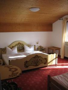 Ein Bett oder Betten in einem Zimmer der Unterkunft Metzgerei und Gästehaus Grandauer