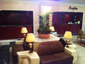 Uma área de estar em Issham Hotel