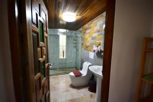 A bathroom at Khaosok Las Orquideas Resort