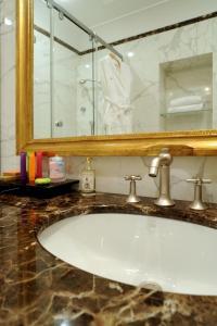 A bathroom at Hotel Villa Duse