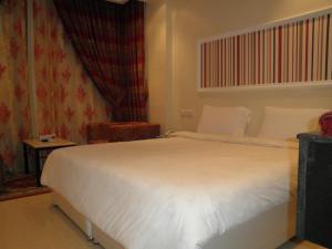سرير أو أسرّة في غرفة في فندق مارينا رويال سويت