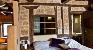 A bed or beds in a room at Hotel El Convento de Mave