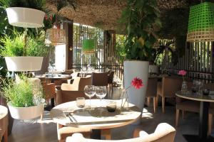 Restaurant ou autre lieu de restauration dans l'établissement Adonis Sanary Grand Hôtel des Bains