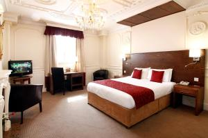 A bed or beds in a room at Wolverhampton Goldthorn Hotel