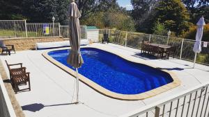 The swimming pool at or near Hilltops Retreat Motor Inn