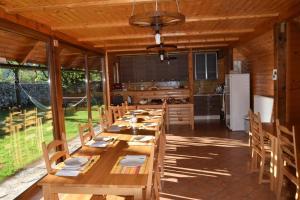 Reštaurácia alebo iné gastronomické zariadenie v ubytovaní Apartments Mrakič