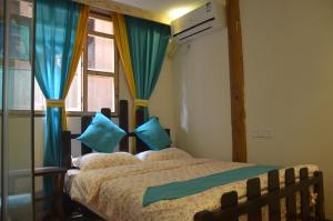 Кровать или кровати в номере Zhaoxing Ruyuan Family Inn