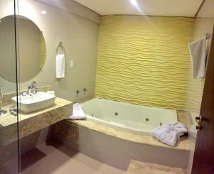 A bathroom at Gran Continental Hotel Taubaté