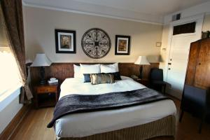 A bed or beds in a room at Royal Hotel Chilliwack