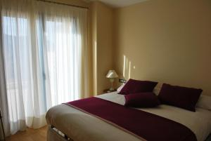 A bed or beds in a room at Hotel-Celler Buil & Gine