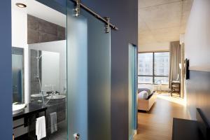 A bathroom at Le Dauphin Montréal Centre-Ville
