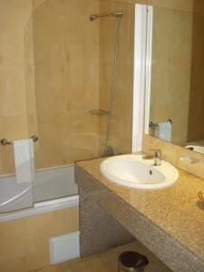 A bathroom at Complexo Hoteleiro em Santana