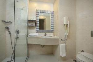 A bathroom at Mandarin Resort & Spa