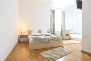 A bed or beds in a room at Pension Verona Centru