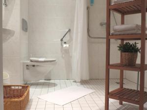 A bathroom at Residenz Hotel am Festspielhaus