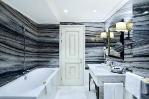حمام في فندق أمباسادوري تبليسي