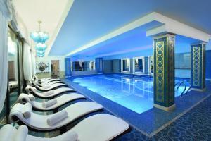المسبح في فندق أمباسادوري تبليسي أو بالجوار