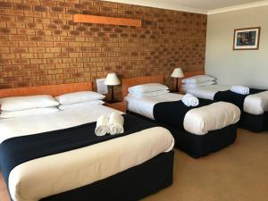 A bed or beds in a room at Avoca Motel