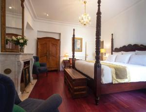 A bed or beds in a room at Hotel d'Angleterre