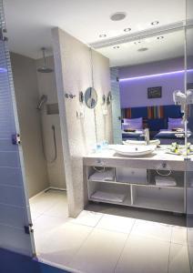 A bathroom at Marshal Garden Hotel