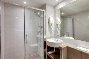A bathroom at Hotel d'Amiens