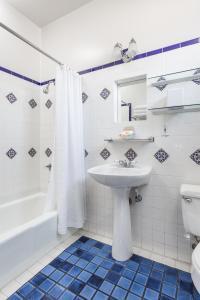 A bathroom at Montecito Inn