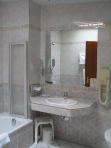 A bathroom at Hotel Roemischer Kaiser