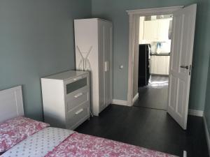 Кровать или кровати в номере Griboedova channel apartment
