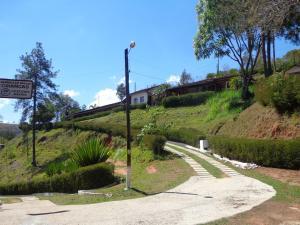 Um jardim em Recanto dos Carvalhos - Pousada Camping