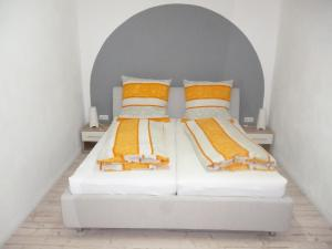A bed or beds in a room at Gästehaus Laßbruch