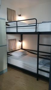 Ein Etagenbett oder Etagenbetten in einem Zimmer der Unterkunft Na-tub Hostel