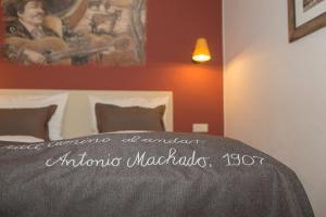 Een bed of bedden in een kamer bij 4-Sterne Erlebnishotel El Andaluz, Europa-Park Freizeitpark & Erlebnis-Resort